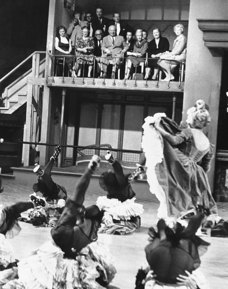 Никита Хрущев (в центре на балконе) смотрит выступление Ширли Маклейн в Голливуде, 1959 год