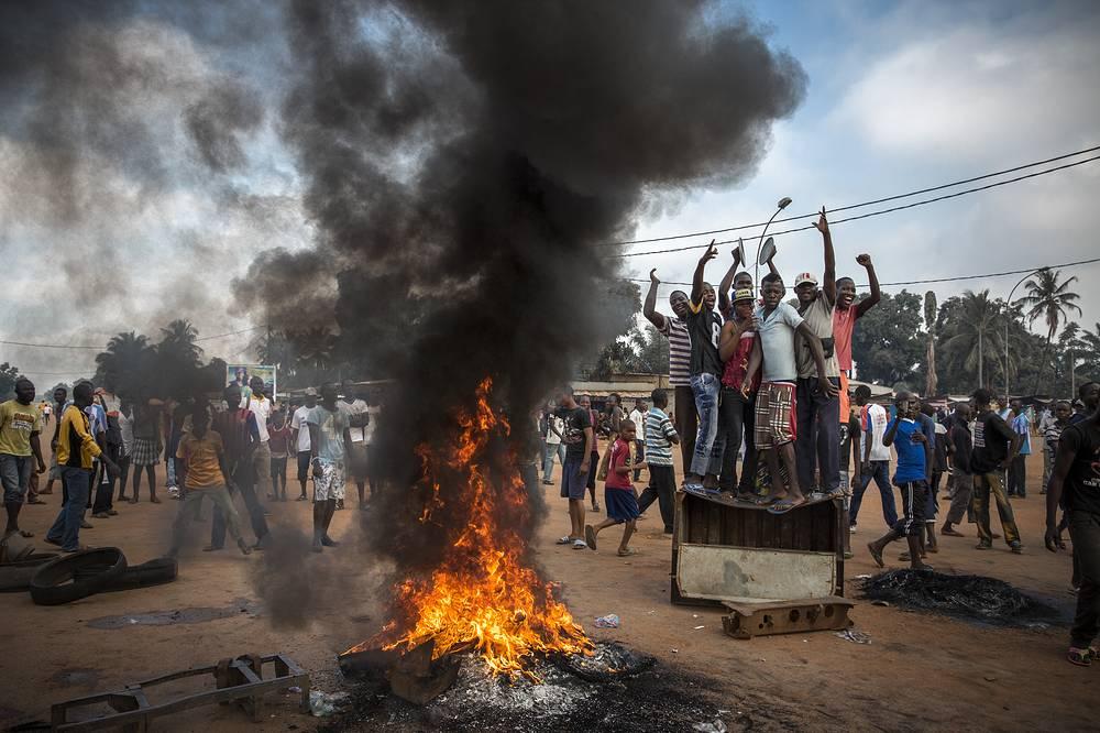 """2-е место / Новости / Серии. Демонстрация в Банги, столице Центральноафриканской Республики. Коалиция группировок повстанцев мусульманского вероисповедания, известная как """"Селека"""", захватила власть в ЦАР. После этого """"Селека"""" была расформирована, но отдельные мусульманские вооруженные группы продолжали терроризировать христиан, составляющих большинство населения республики. 17 ноября 2013 года, ЦАР"""