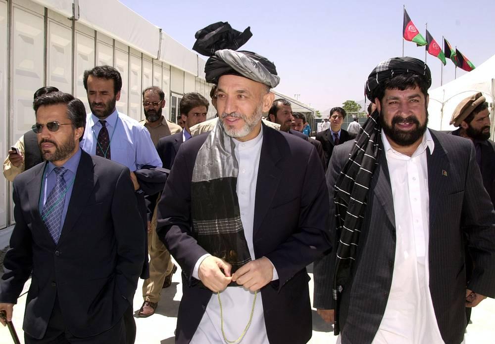 Хамид Карзай занимает пост президента Афганистана с 13 июня 2002 года. На фото: Хамид Карзай (в центре) после избрания в 2002 году