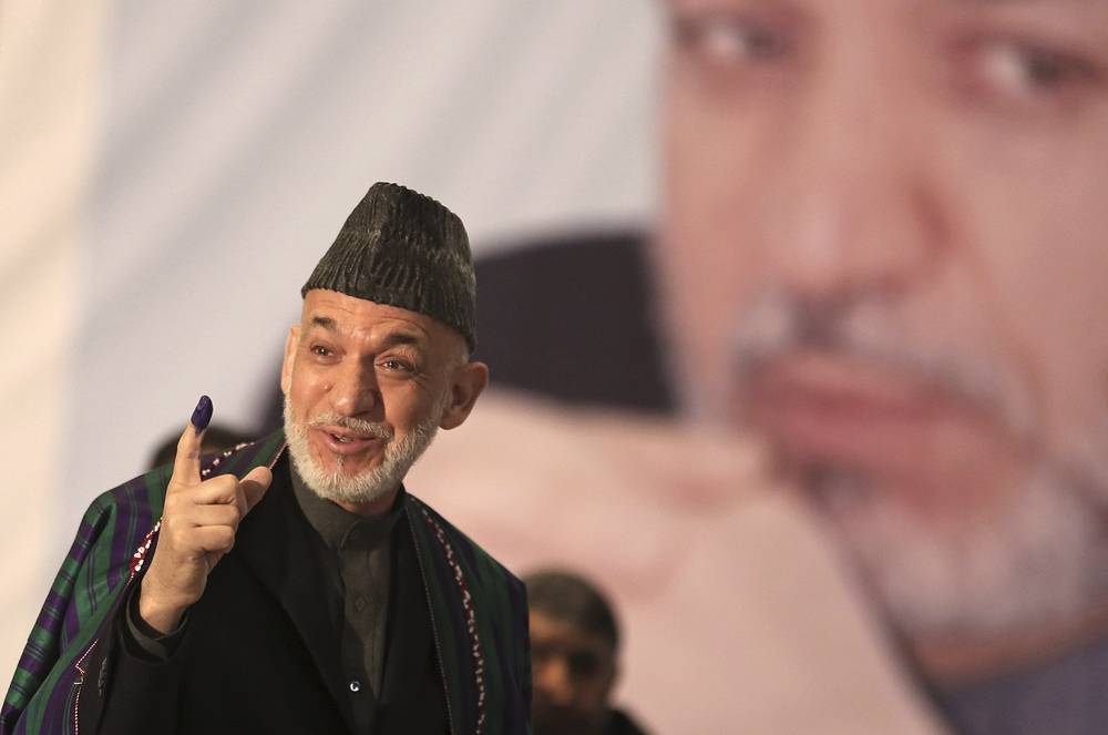 Президент Афганистана владеет шестью языками: пушту, английским, французским, дари, хинди, урду. Считает себя «умеренным мусульманином». На фото: Хамид Карзай во время предвыборной кампании в Кабуле, 5 апреля 2014 года