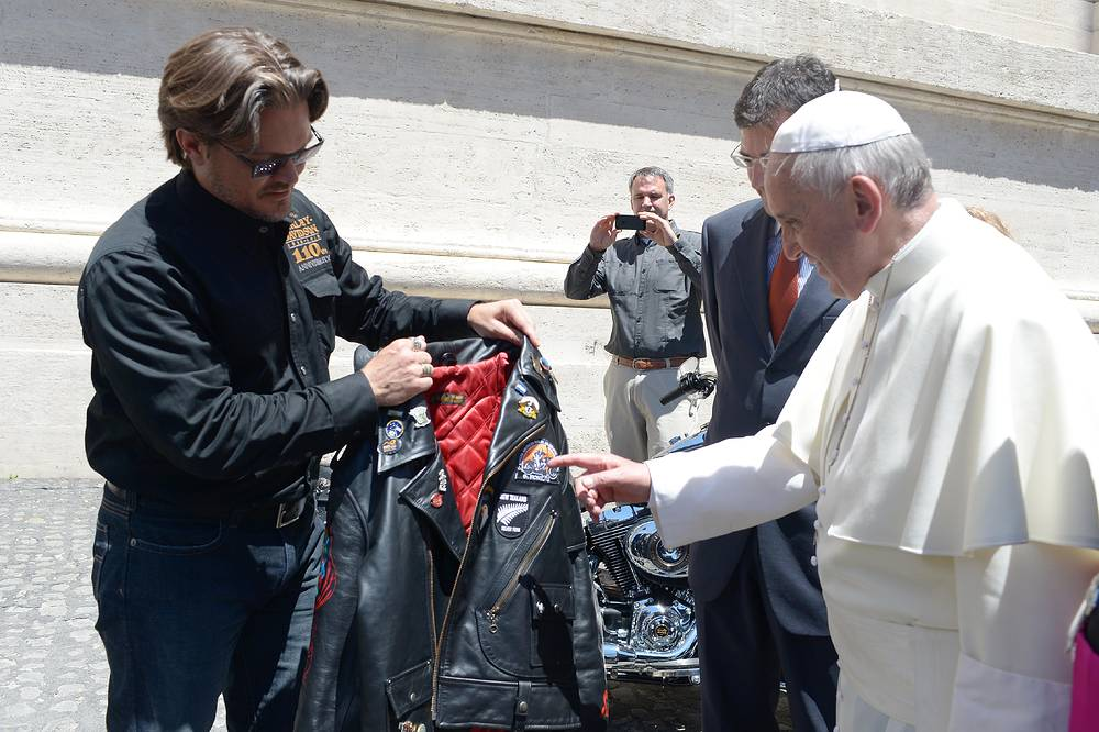 Вместе с легендарным мотоциклом понтифику подарили куртку косуху