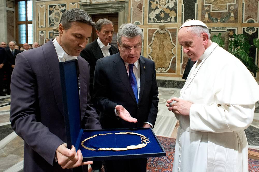 В 2013 году глава МОК Томас Бах подарил папе римскому Франциску украшение с олимпийской символикой