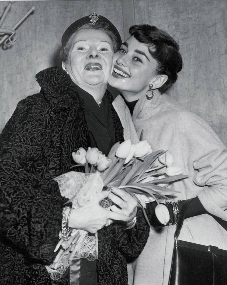 Актриса родилась в семье англо-ирландского банкира и баронессы Эллы Ван Хеемстра, голландской аристократки, в роду которой были французские дворяне и английские монархи. На фото: с матерью, Нью-Джерси, 1953 год