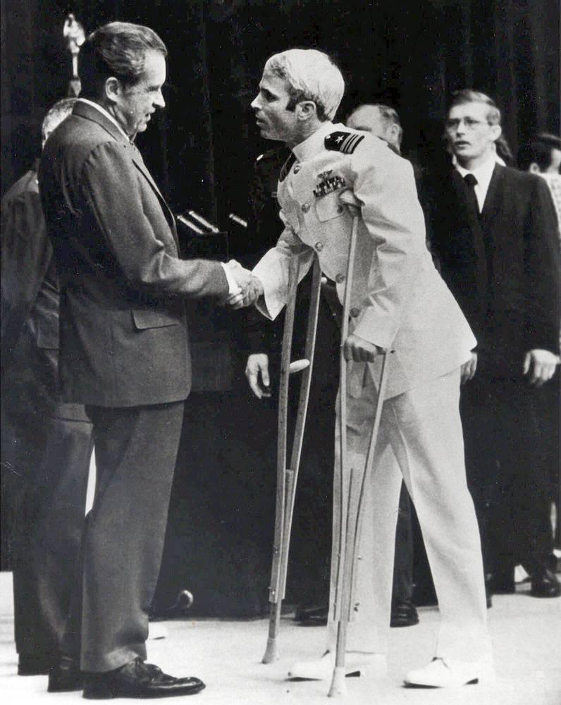 Сенатор Джон Маккейн также получил ранения во Вьетнаме. В 1967 году его самолет был сбит зенитной ракетой. Будущий сенатор провел во вьетнамском плену более пяти лет. На фото: Джон Маккейн во время встречи с президентом США Ричардом Никсоном, 1973 год