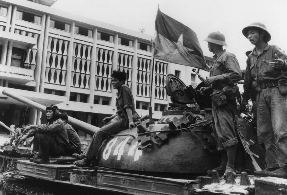 30 апреля 1975 года коммунисты подняли знамя над Дворцом независимости в Сайгоне