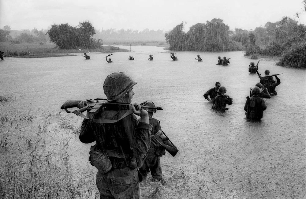 Американские десантники во время военных действий в джунглях на территории Южного Вьетнама, 1965 год