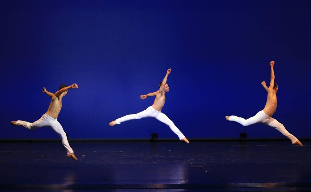"""Артисты балета Иржи Бубеничек, Отто Бубеничек, Йон Вальехо (слева направо) во время исполнения балета """"Канон в ре мажоре"""""""