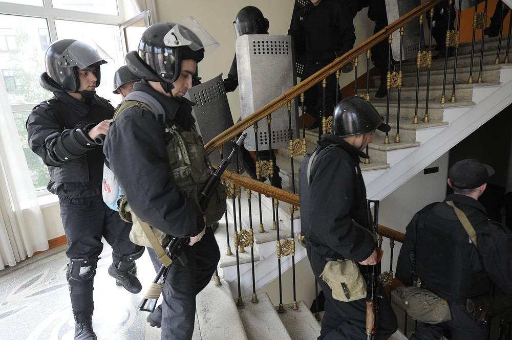 Сорудники правоохранительных органов покидают здание областной администрации, захваченное сторонниками федерализации