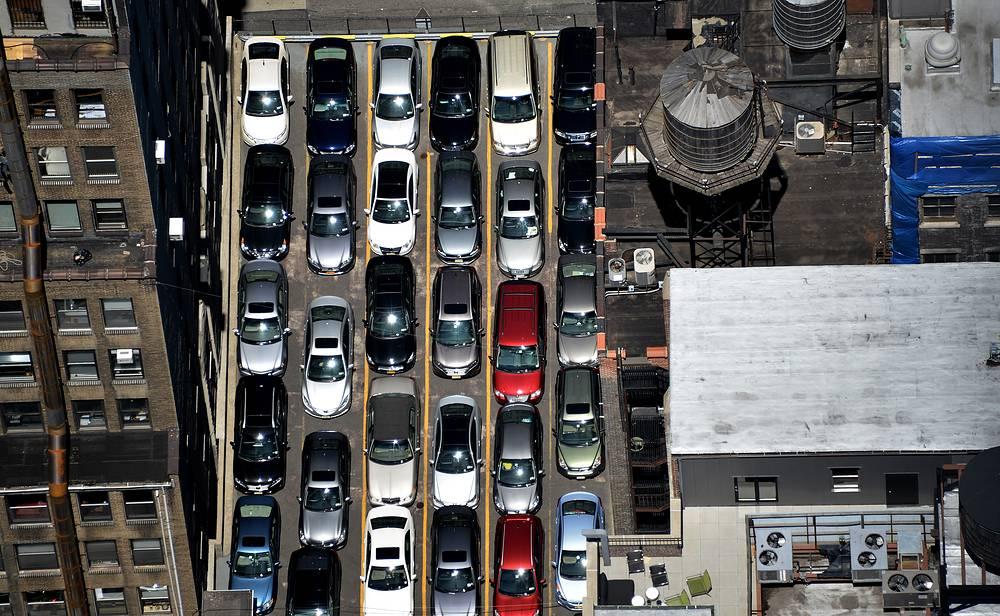 США. В Вашингтоне и Нью-Йорке парковка на большинстве улиц платная с 8.00 до 19.00; ночью, а также в воскресенье и праздники - бесплатная. В центре Вашингтона парковочные зоны делятся на одно- и двухчасовые. Обычная цена - 50 центов за 15 минут. Стоимость места в гаражах, где машину можно оставлять на неопределенное время, - от $15 до $35 в час