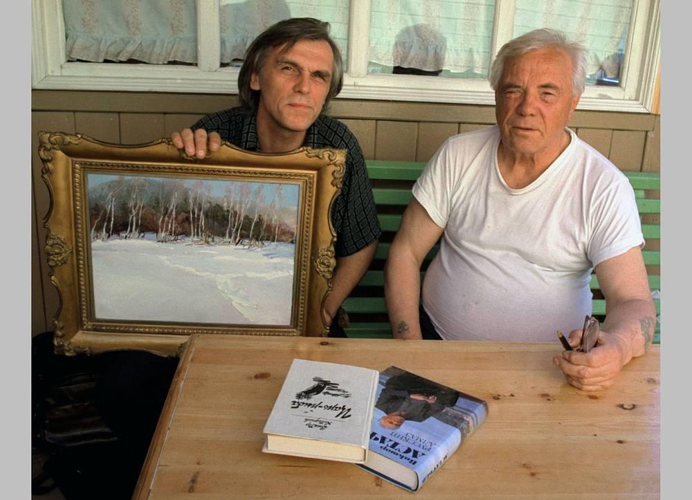 Виктор Астафьев с красноярским художником Юрием Заварзовым