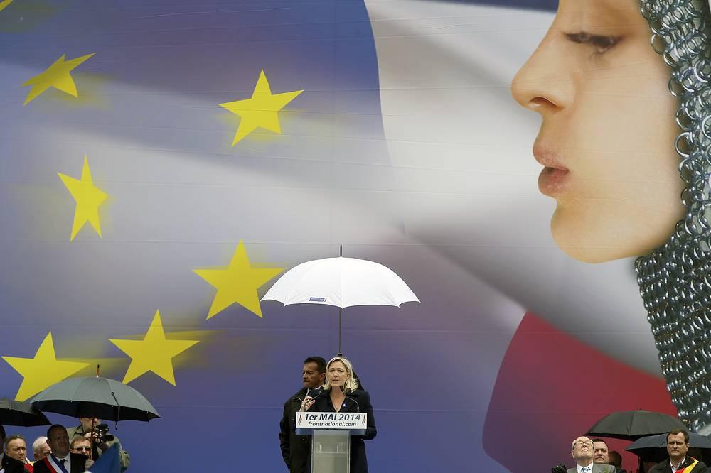 """Депутат Европарламента, лидер французской партии """"Национальный фронт"""" Марин Ле Пен во время первомайского митинга в Париже"""