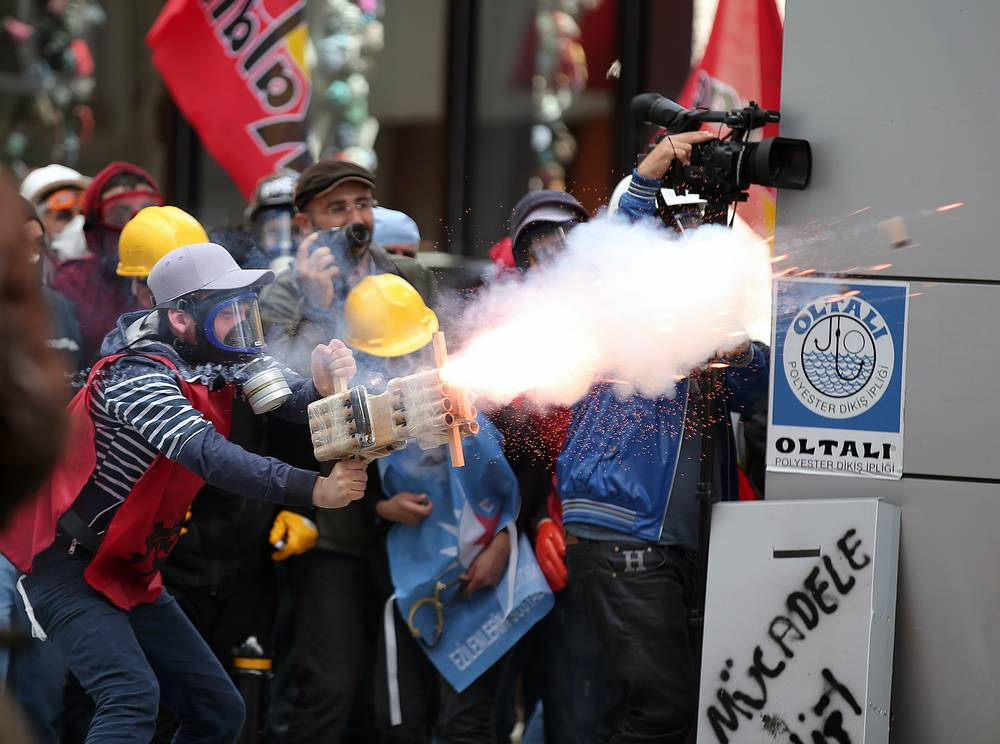 Власти из соображений безопасности запретили профсоюзам провести многотысячный митинг на площади Таксим в центре Стамбула. Часть трудящихся согласилась с этим, но несколько конфедераций профсоюзов заявили, что не собираются подчиняться запрету