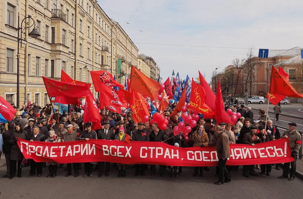 37 тысяч человек приняли участие в праздновании Первого мая в Санкт-Петербурге. На фото: колонна КПРФ во время первомайской демонстрации на Невском проспекте