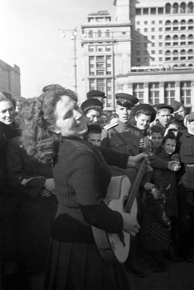 Ликующие москвичи и гости столицы на Манежной площади, 9 мая