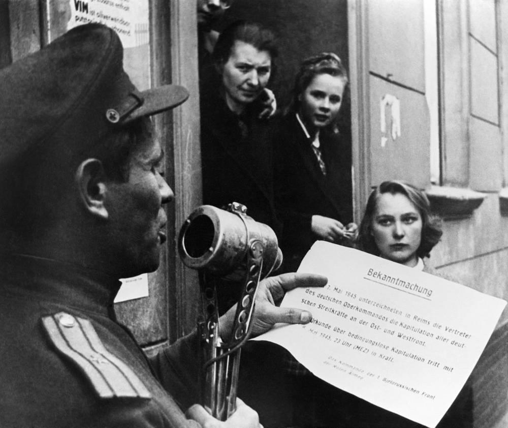 Советский офицер зачитывает населению Берлина текст капитуляции немецко-фашистской армии, 8 мая