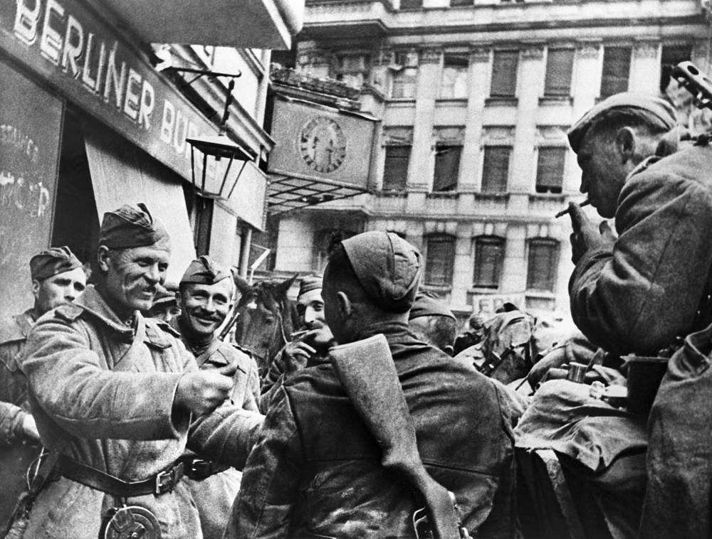 Советские солдаты на улицах Берлина