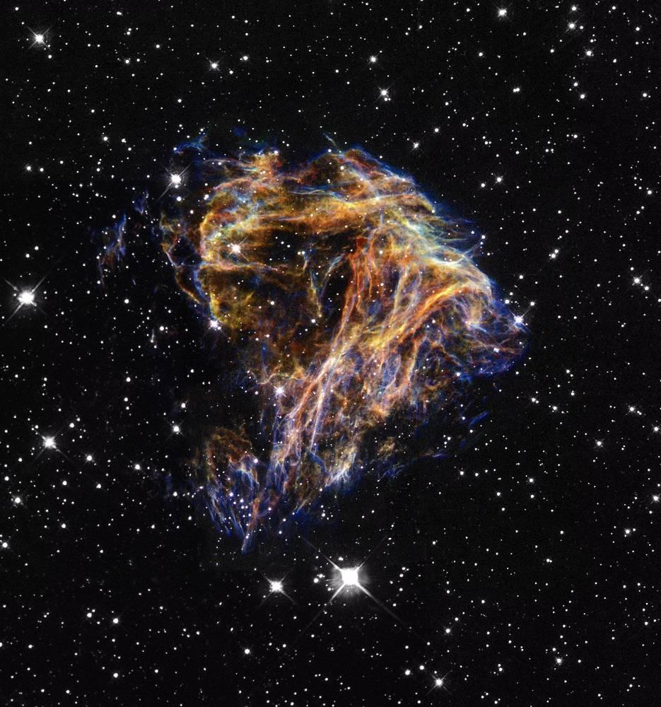 Космический взрыв N49. Волокна газа, размер которых достигает 30 световых лет, светятся в результате распространения ударной волны от взрыва сверхновой звезды в галактике Большое Магелланово Облако