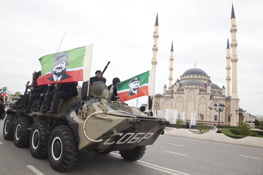 Проход военной техники у центральной мечети имени Ахмата-хаджи Кадырова во время празднования Дня Победы в Грозном