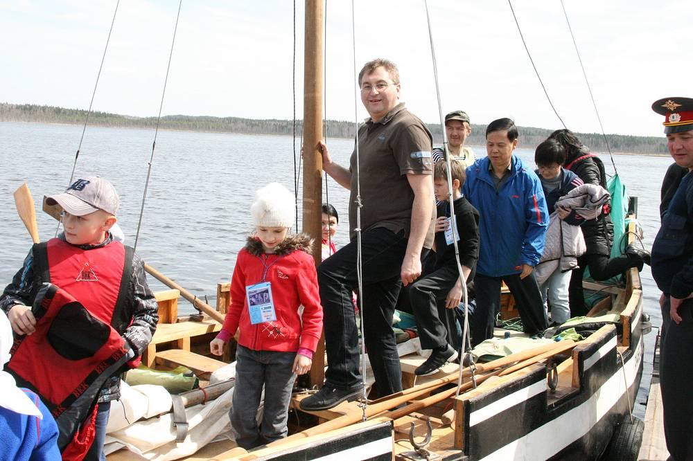 Консул Германии в Екатеринбурге Маркус Форстер приехал на озеро с четырьмя детьми