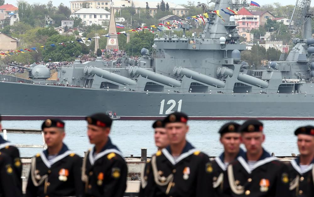 Боевые корабли Черноморского флота во время парада Победы в Севастополе