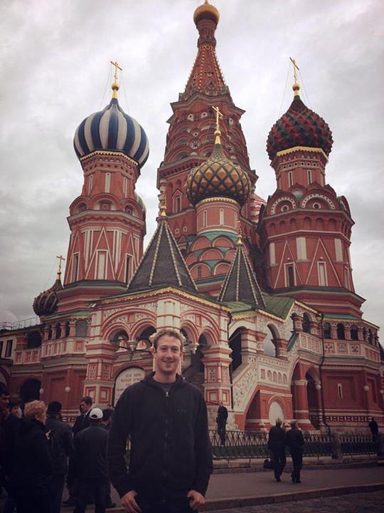 В 2012 году основатель Facebook посетил Россию. Одной из первых фотографий Цукерберга, выложенных во время визита на его странице, стала фотография на фоне собора Василия Блаженного