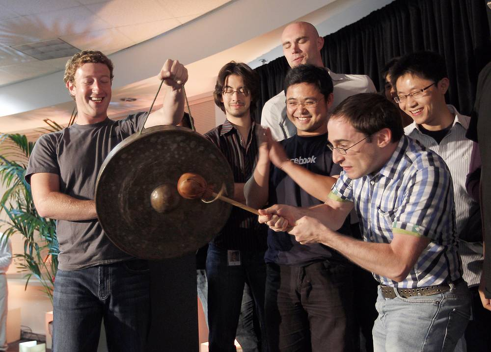Марк Цукерберг и разработчик программного обеспечения Facebook Бен Герцфилд во время пресс-конференции, посвященной новым сервисам соцсети, в Пало-Альто, штат Калифорния