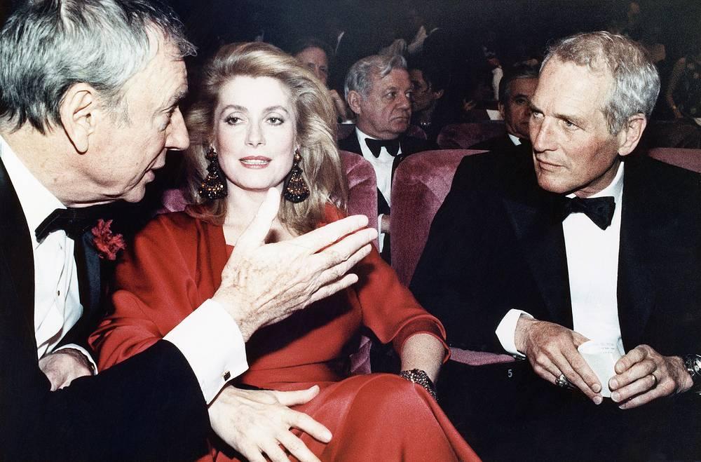 Ив Монтан, Катрин Денев и Пол Ньюман общаются перед началом церемонии открытия фестиваля, 1987 год