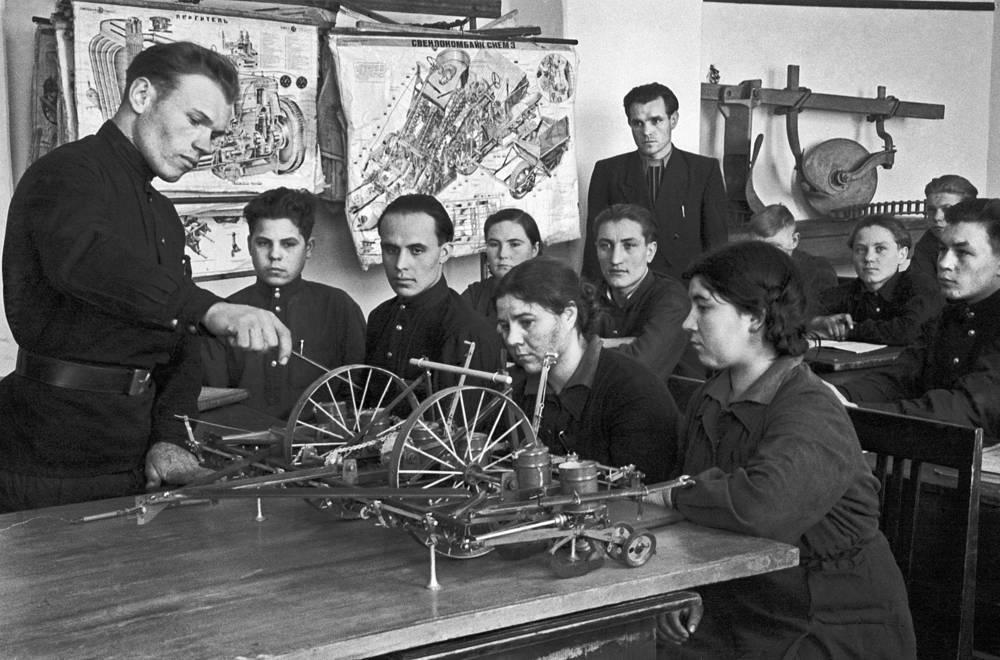 Группа учащихся изучает сеялку на уроке в ПТУ, СССР, 1956 год
