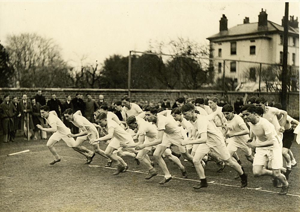 Начало школьного забега на милю, Dean Close, Великобритания, 1930е годы