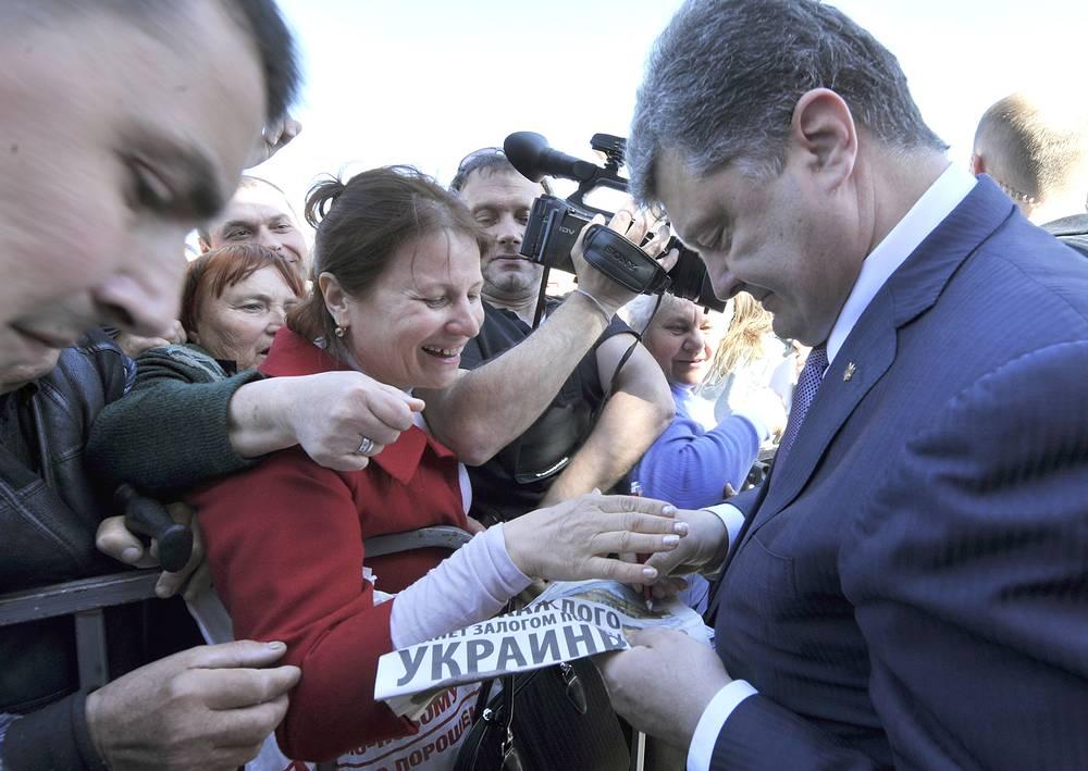 """Во время избирательной кампании Порошенко также заявил о намерении нормализовать отношения с Москвой за три месяца. Он высказался против введения виз между двумя странами, так как """"это лишь затруднит перемещение простых граждан"""""""