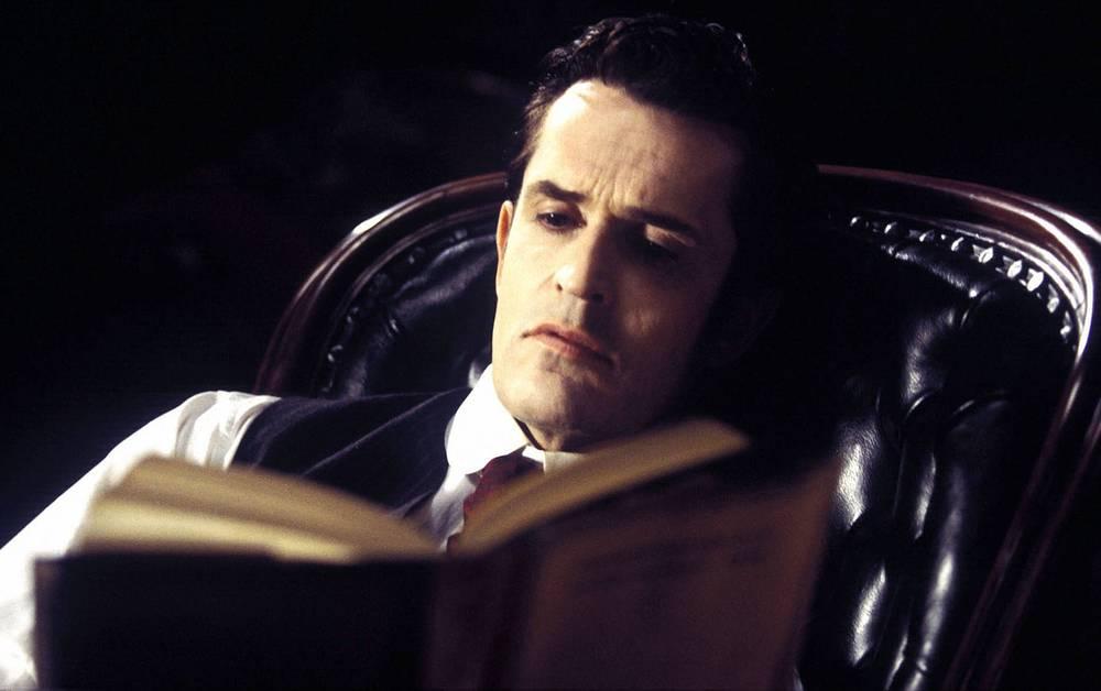 """Руперт Эверетт в фильме """"Шерлок Холмс и дело о шелковом чулке"""" (2004). В этом фильме Шерлок Холмс расследует убийство девушки из аристократической семьи, тело которой было найдено в Темзе"""