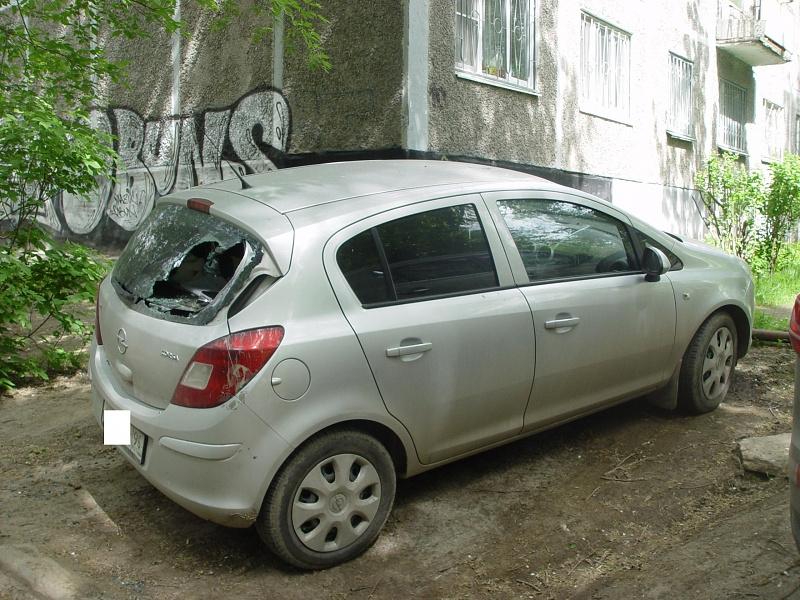 24 мая в одном из дворов Екатеринбурга двое хулиганов разбили 10 автомобилей