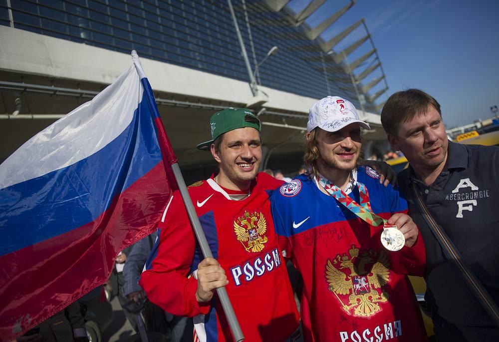 В зале прилета аэропорта их встретили болельщики в цветах российской команды. На фото: Андрей Зубарев (в центре)