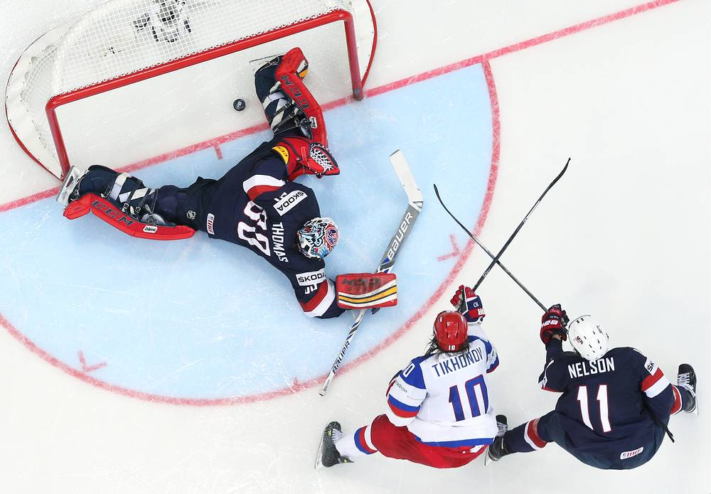 Игроки сборной России Виктор Тихонов (в центре) и сборной США вратарь Тим Томас (слева), Брок Нельсон (справа) в матче чемпионата мира по хоккею: Россия - CША