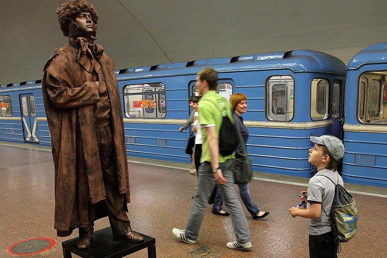 Живая статуя Пушкина на станции новосибирского метро