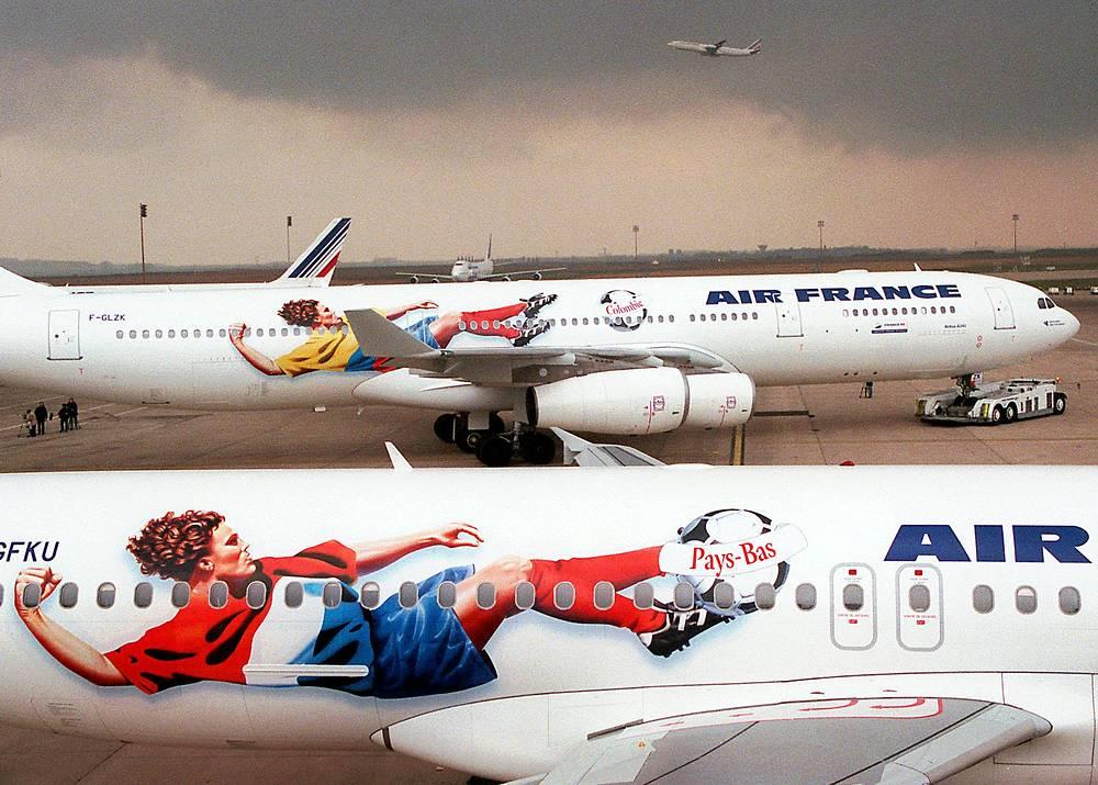 Самолеты авиакомпании Air France, украшенные изображениями игроков сборных команд по футболу в преддверии чемпионата мира, 1998 год