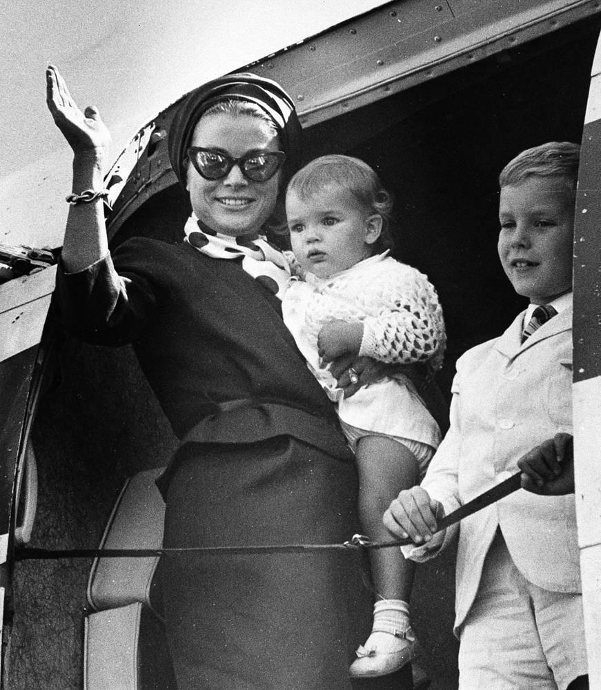 Грейс Келли с сыном Альбером и дочерью Стефанией. Сентябрь 1965 года