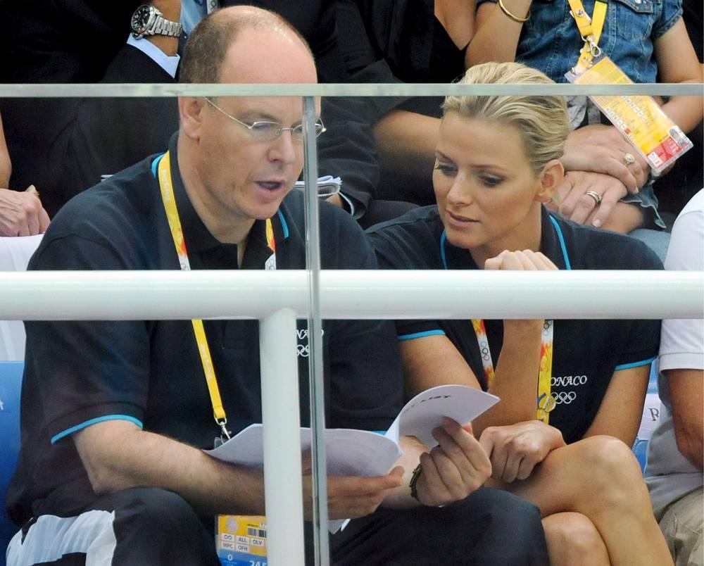 Альбер II и  Шарлен Уиттсток познакомились в 2000 году на чемпионате по плаванию в Монако, постоянно начали встречаться лишь с 2006 года, после того, как судьба вновь свела их в Турине на Олимпийских играх