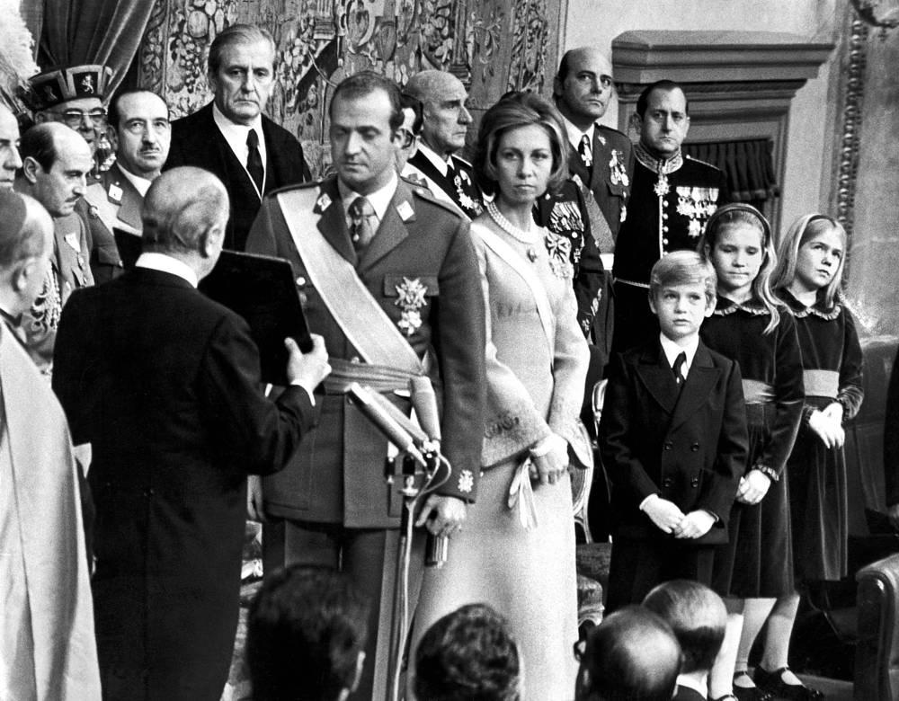 22 ноября 1975 года, после смерти Франко, Хуан Карлос был провозглашен королем Испании. Получил высшее звание генерал-капитана армии, авиации и флота и стал главнокомандующим вооруженными силами