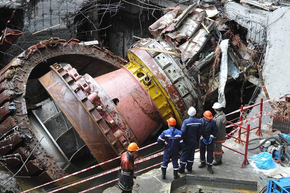 Были повреждены все гидроагрегаты станции, из них три полностью разрушены. Короткое замыкание в системах управления генераторов привело к полному прекращению работы ГЭС. В катастрофе погибли 75 человек, 13 пострадали. В Енисей попало до 50 тонн турбинного масла