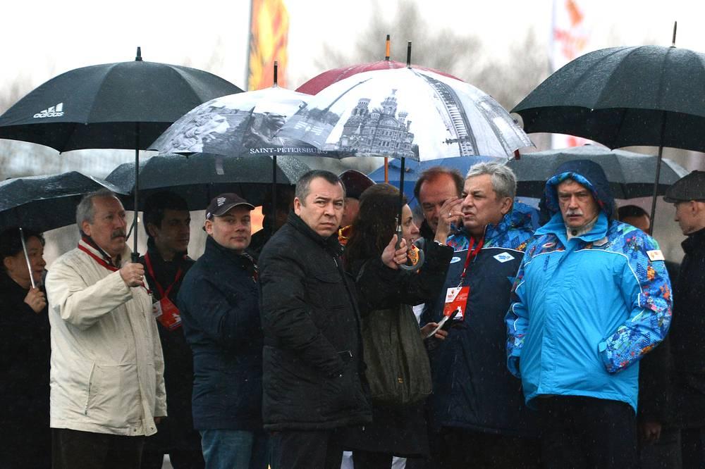 Губернатор Санкт-Петербурга Георгий Полтавченко во время эстафеты олимпийского огня на площади Победы в Санкт-Петербурге. 2013 год