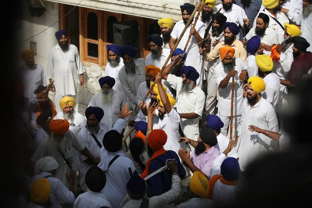 В Золотом храме в городе Амритсар в Индии произошли столкновения между двумя группами сикхов
