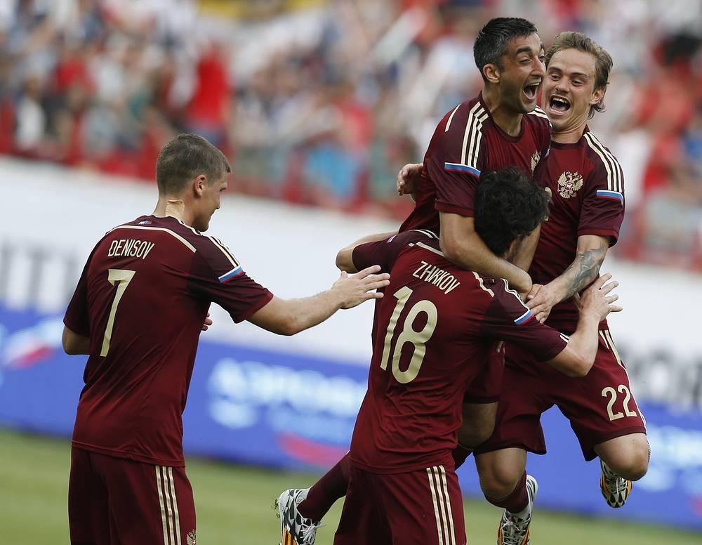 Игроки сборной России поздравляют Юрия Жиркова (№18) с первым голом в составе национальной команды