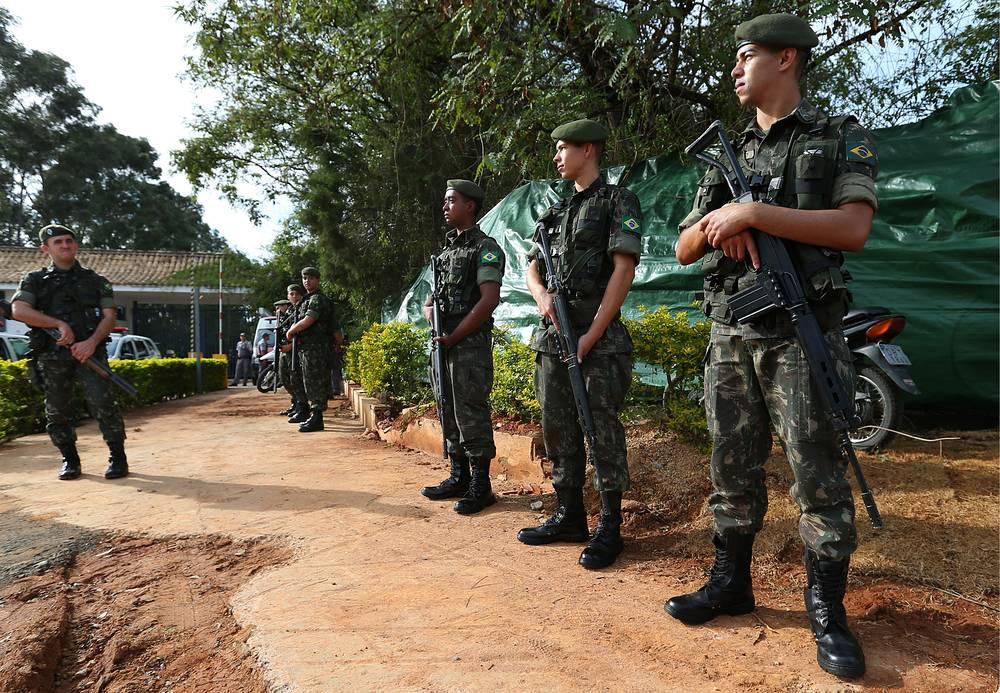 """Бразильские военные у отеля """"Сан Рафаэл"""""""