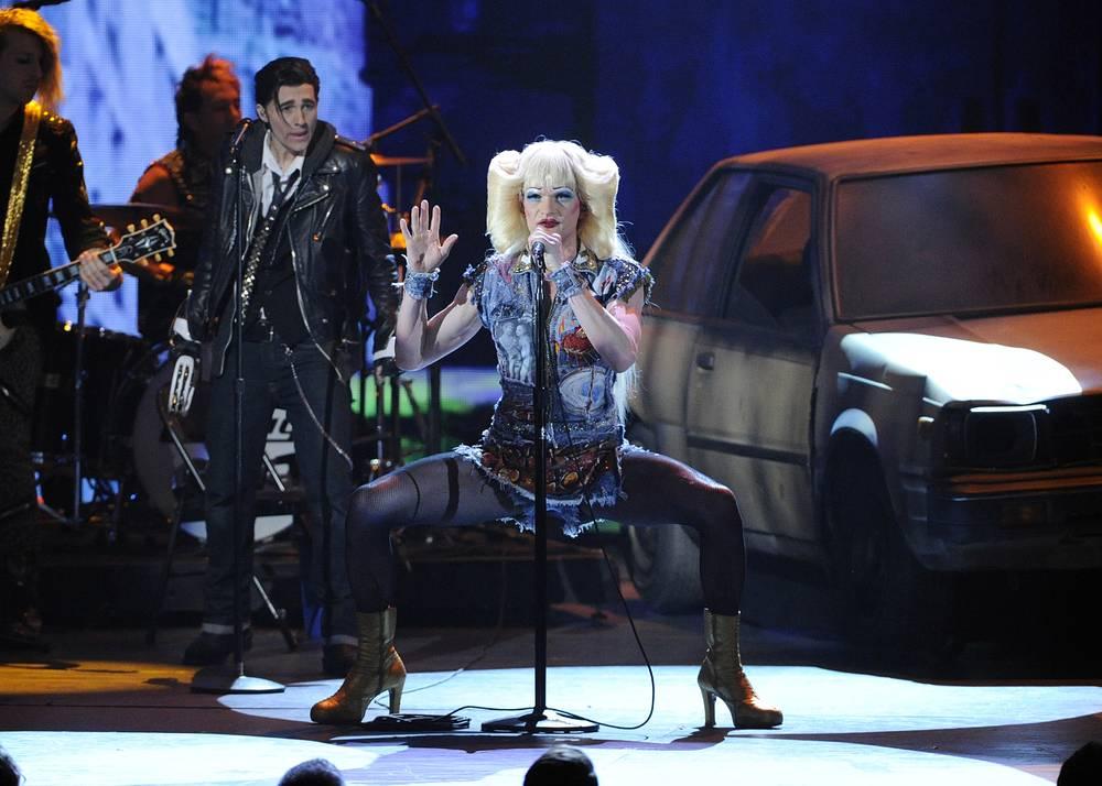 """Мюзикл """"Хедвиг и злосчастный дюйм"""" победил в общей сложности в четырех номинациях, в том числе """"Лучший возрожденный мюзикл"""". На фото: Нил Патрик Харрис в сцене из спектакля"""