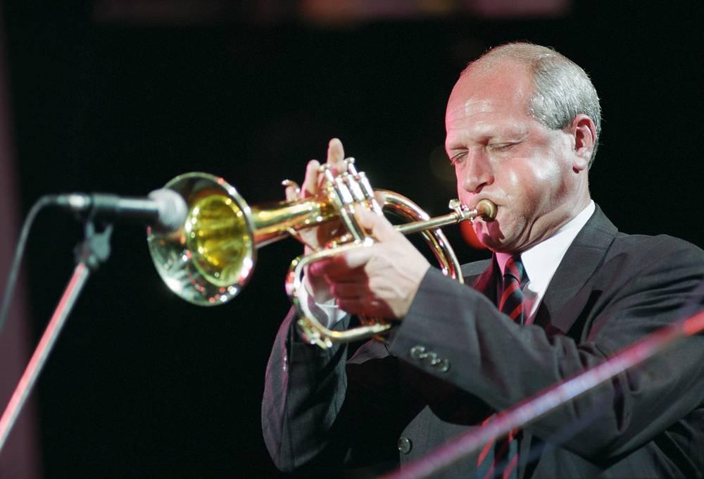 Джазист Давид Голощекин во время выступления