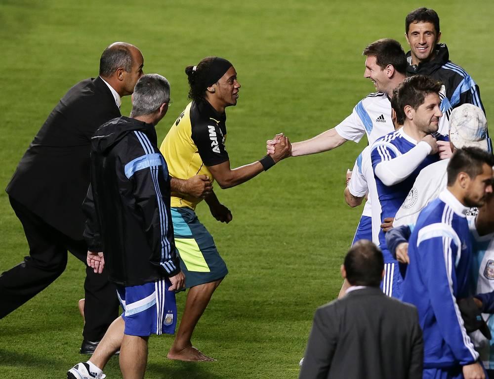 Лионель Месси приветствует болельщика, который очень похож на знаменитого бразильского футболиста Роналдиньо