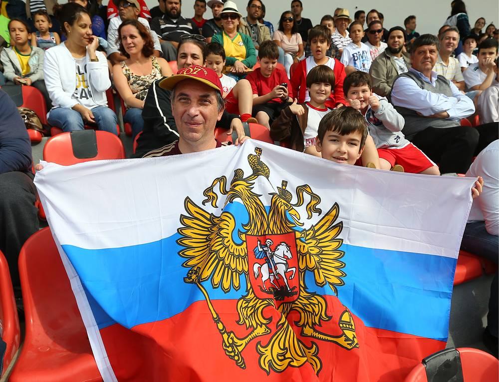 Болельщики сборной России во время тренировки сборной