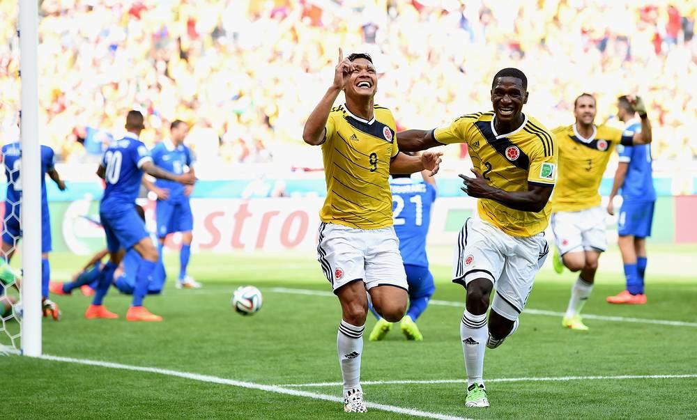 Теофило Гутьеррес (слева) забивает второй гол