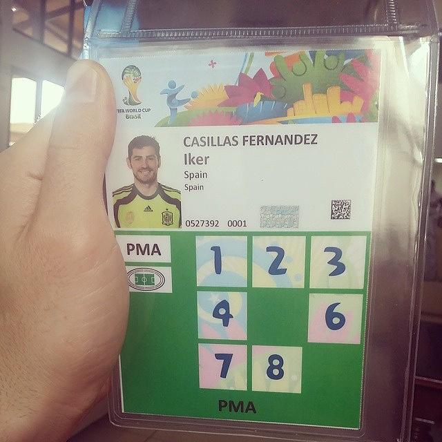У вратаря сборной Испании Икера Касильяса на аккредитации нет цифр 5 и 0. Отсутствие пятерки исправила сборная Нидерландов